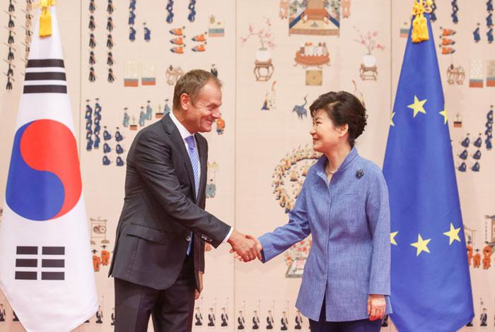 Ko_EU_hands_L1.jpg