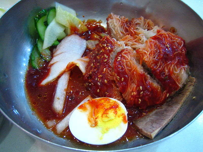 800px-Korean.food-Bibim.naengmyen-01.jpg