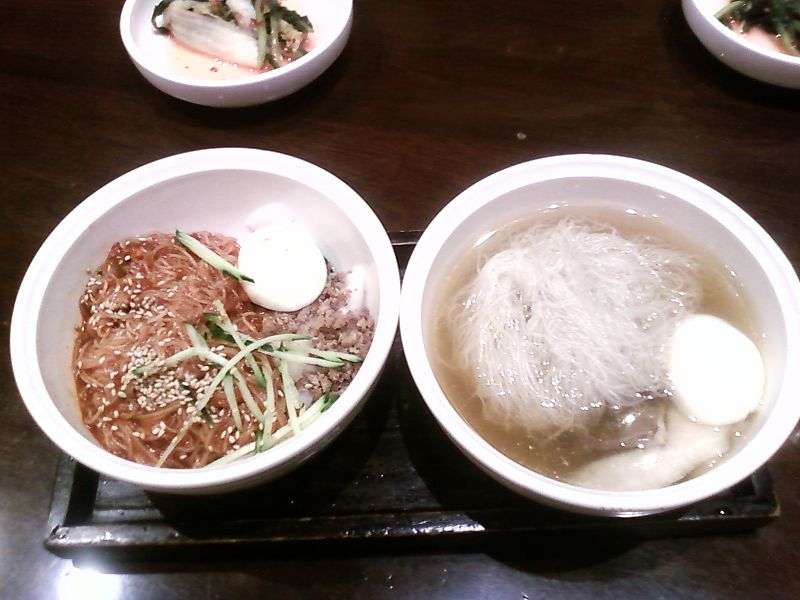 800px-Naengmyeon_by_Mins.jpg