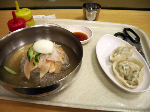 Mul_Naengmyeon_with_Mandu.JPG